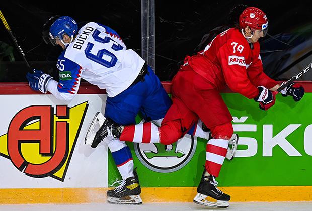 Нападающий сборной России Максим Шалунов (справа)