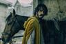 Подобно тому, как британские легенды верят, что король Артур однажды воспрянет ото сна, так и Голливуд никак не устанет надеяться на то, что экранизации этих легенд принесут неслыханные барыши. Впрочем, новоиспеченный эпос Дэвида Лоури хотя бы опирается на чуть менее заезженный, чем прочие истории о рыцарях Круглого стола, первоисточник — поэму «Сэр Гавейн и Зеленый Рыцарь», а кроме того, хвастает не только эффектными визуальными решениями, но и великанами, призраками и даже говорящей лисичкой (привет Ларсу фон Триеру и его «Антихристу»). В прокате с 29 июля