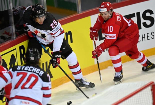 Игрок сборной Канады Оуэн Пауэр и игрок сборной России Сергей Толчинский (справа)