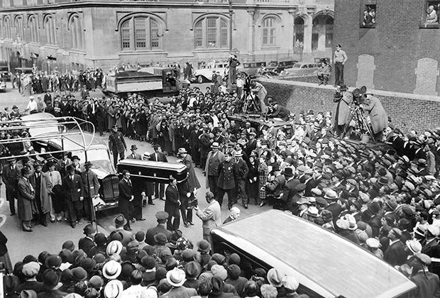 Толпа на похоронах Голландца Шульца