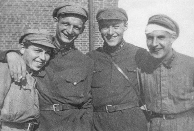 Вильям Фишер (второй слева) с сослуживцами из Первого радиотехнического полка Московского гарнизона. Лето 1926 года