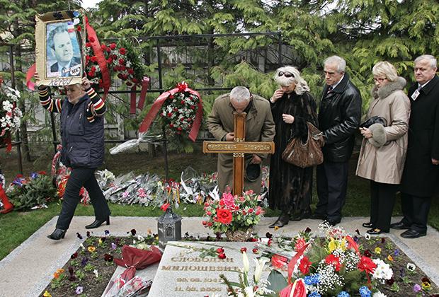 Сторонники Слободана Милошевича выстроились в очередь у его могилы в Пожареваце, 10 марта 2007 года