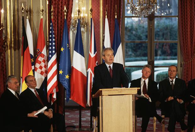 Президент Сербии Слободан Милошевич выступает на церемонии подписания Дейтонских мирных соглашений в Елисейском дворце
