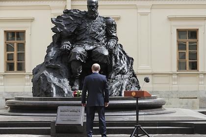 Наоткрытом Путиным памятнике Александру III отыскали шестиконечную звезду