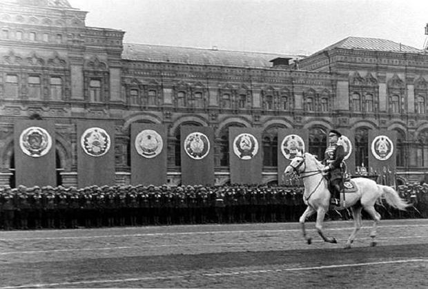 Маршал Советского Союза Жуков принимает Парад Победы