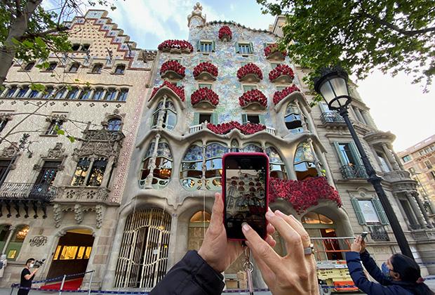 Туристы фотографируют архитектуру Антонио Гауди