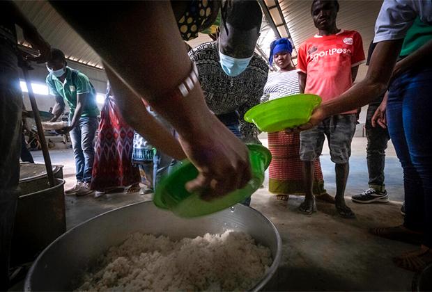 Волонтеры раздают еду беженцам в Мозамбике, апрель 2021 года