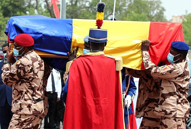 Солдаты несут гроб президента Чада Идриса Деби, апрель 2021 года