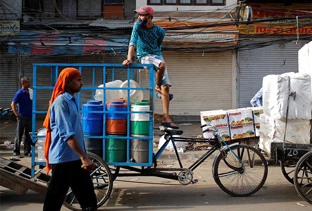 Рикша на городском рынке после смягчения локдауна в Дели