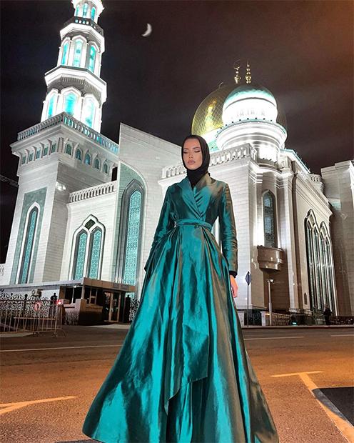 Российская фотомодель Анастасия Решетова возле мечети