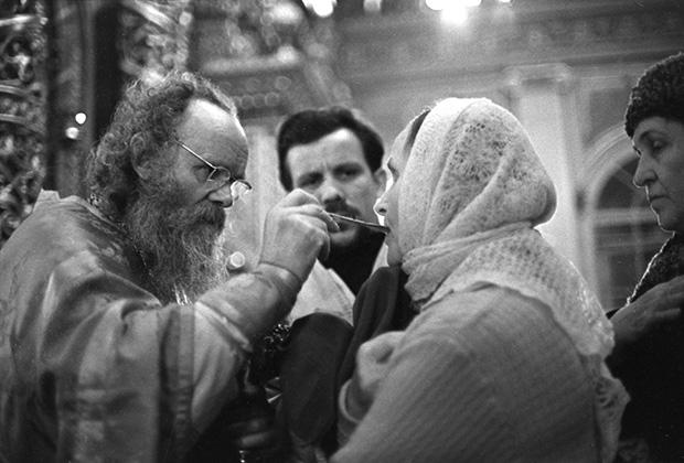 Причащение прихожан во время Рождественской литургии в Богоявленском патриаршем соборе (ныне Богоявленский кафедральный собор в Елохове). 1965 год