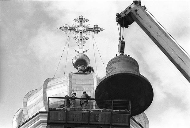 Строительство храма Христа Спасителя. Поднятие соборного колокола на колокольню. 1997 год