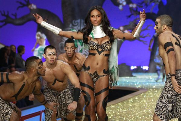 Модель Victoria's Secret во время шоу Wild Things, Нью-Йорк, 2010 год