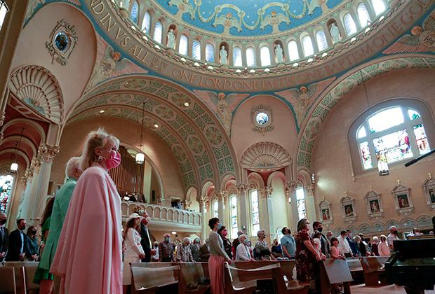 Прихожане католической церкви Святого Иакова на пасхальном богослужении. Луисвилл, штат Кентукки. США, 4 апреля 2021 года