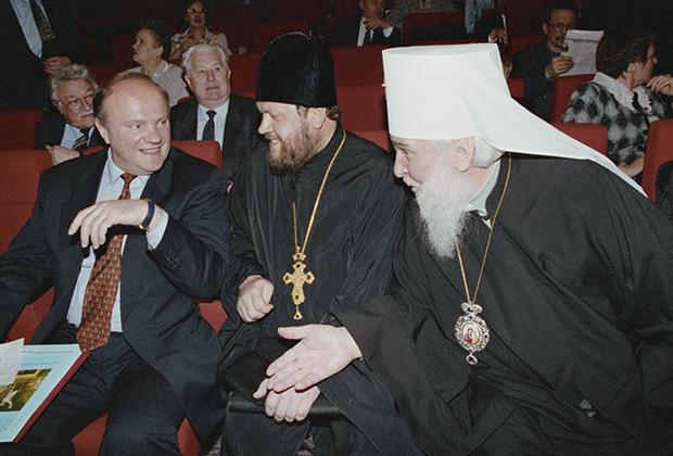 Лидер КПРФ Геннадий Зюганов (слева), митрополит Ставропольский и Бакинский Гедеон (справа) и секретарь митрополита Гедеона протоиерей Павел Самойленко во время встречи. 6 мая 1997 года