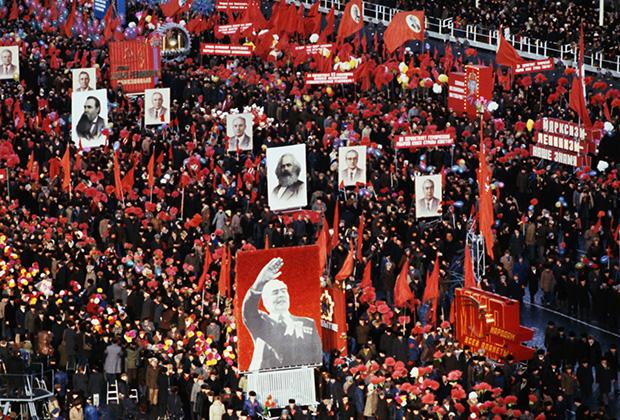 Во время демонстрации на Красной площади. Москва, 7 ноября 1980 года