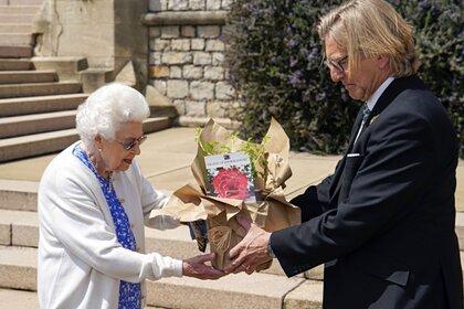 Елизавета II принимает розы от Кита Вида