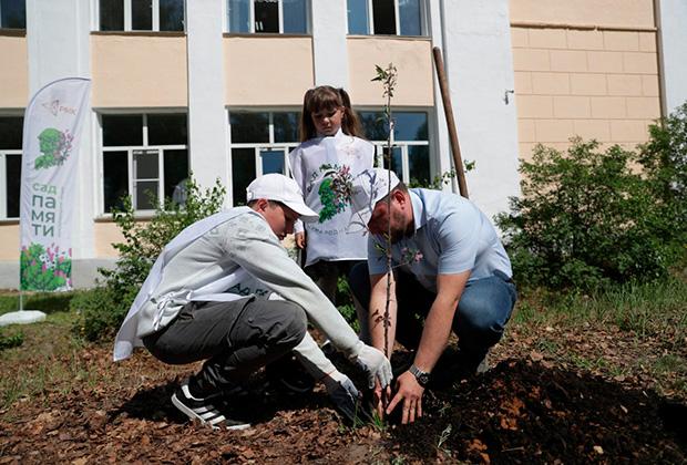 В Карабаше сотрудники «Карабашмедь» - РМК помогли детям разбить #СадПамятиВшколе.