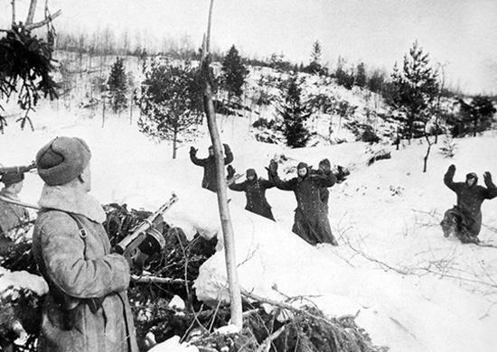 Немецкие солдаты сдаются в плен красноармейцам