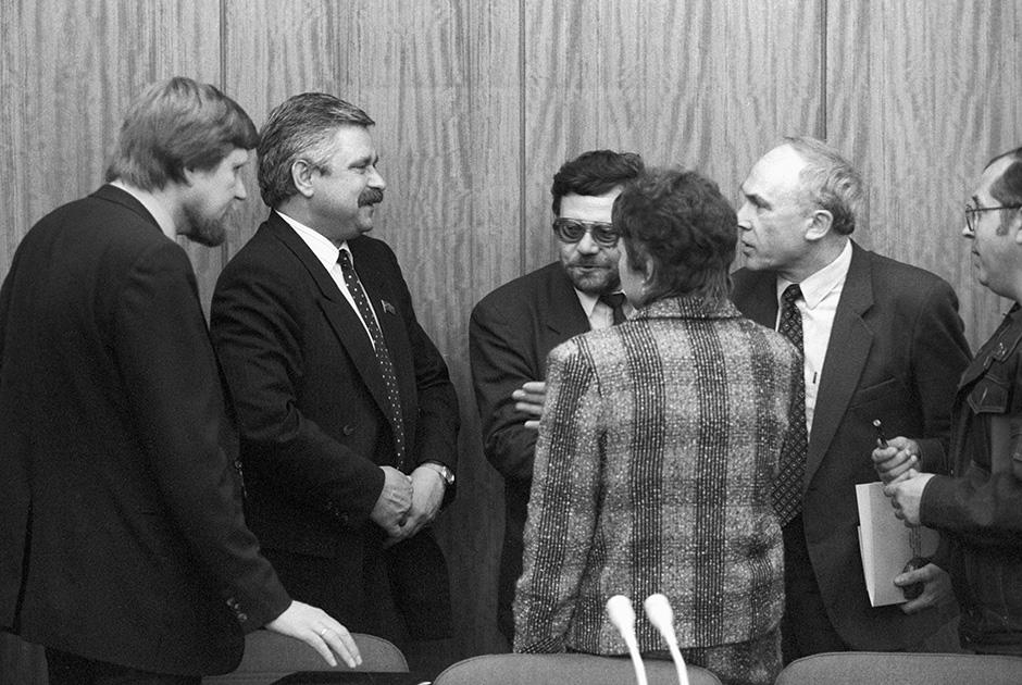 Народный депутат РСФСР, лидер группы «Коммунисты за демократию» Александр Руцкой (второй слева) во время беседы с журналистами, май 1991 года