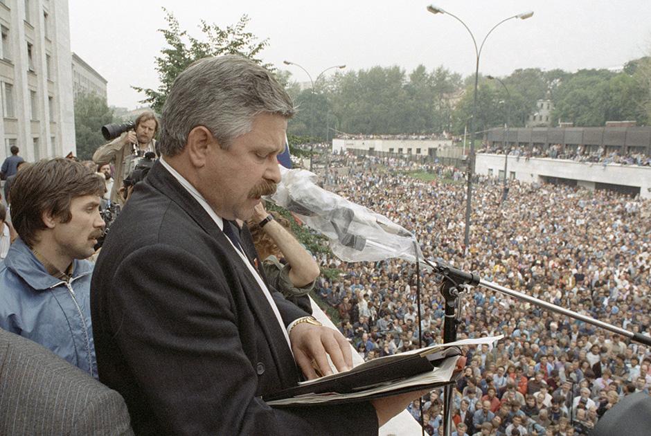 Вице-президент России Александр Руцкой выступает перед собравшимися на митинге у здания Верховного Совета РСФСР. 20-08-1991