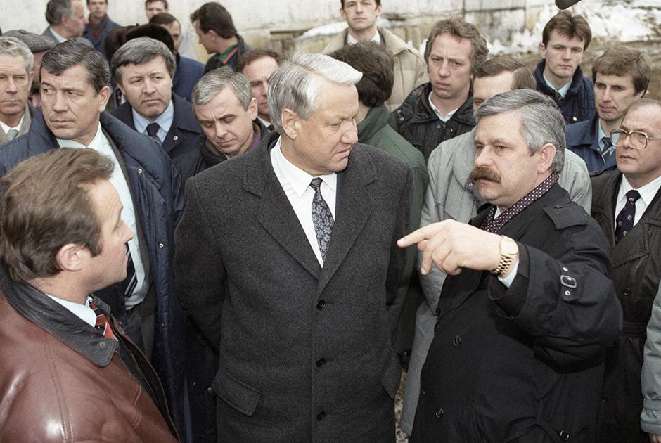 Президент Российской Федерации Борис Ельцин и вице-президент РФ Александр Руцкой (слева направо) на агропромышленном комплексе «Интерферма», 1992 год