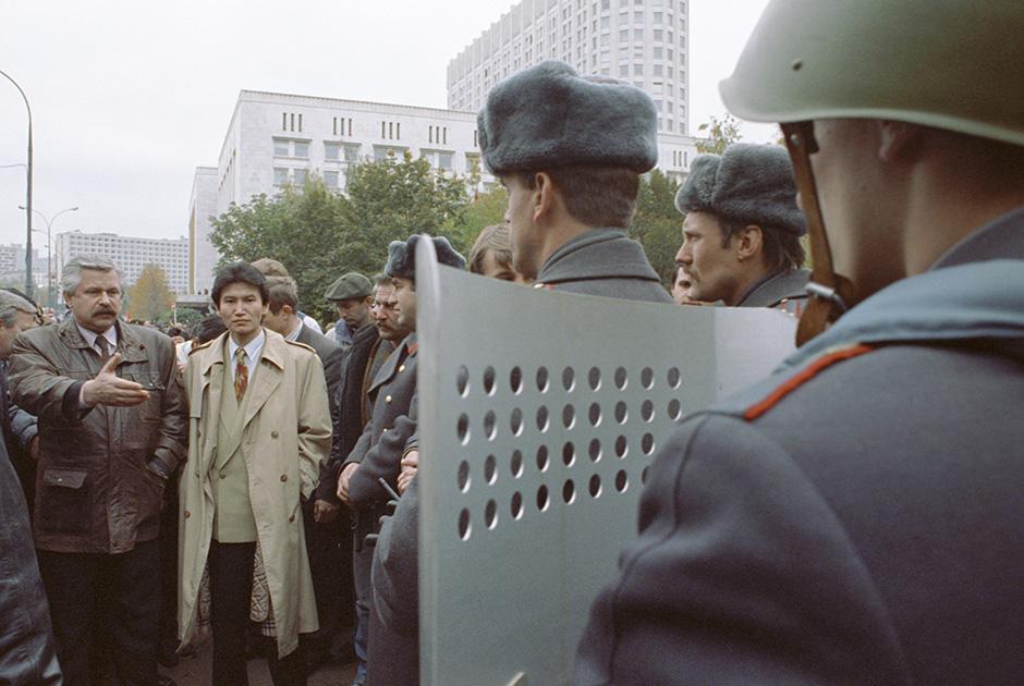 Александр Руцкой (слева) и Кирсан Илюмжинов (второй слева) у Дома Советов РФ
