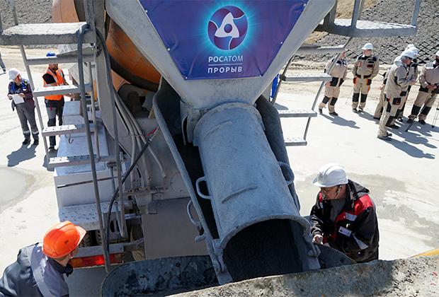 Рабочие во время строительства новейшего атомного реактора на быстрых нейтронах БРЕСТ-ОД-300 в Северске