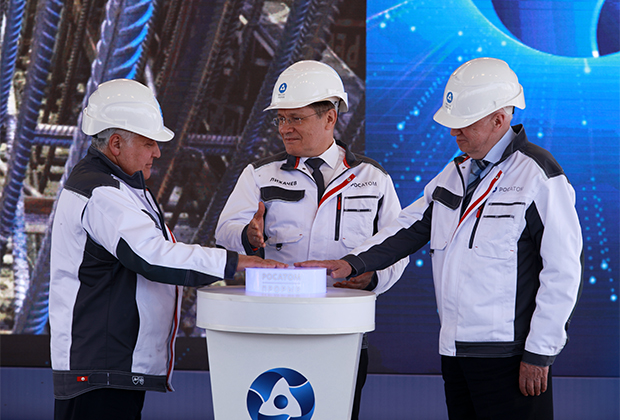 Генеральный директор госкорпорации «Росатом» Алексей Лихачев (в центре) во время церемонии начала строительства новейшего атомного реактора на быстрых нейтронах БРЕСТ-ОД-300 в Северске