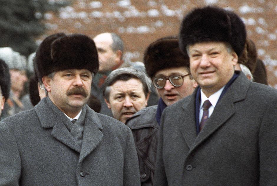 Александр Руцкой (слева) и Борис Ельцин в 1992 году