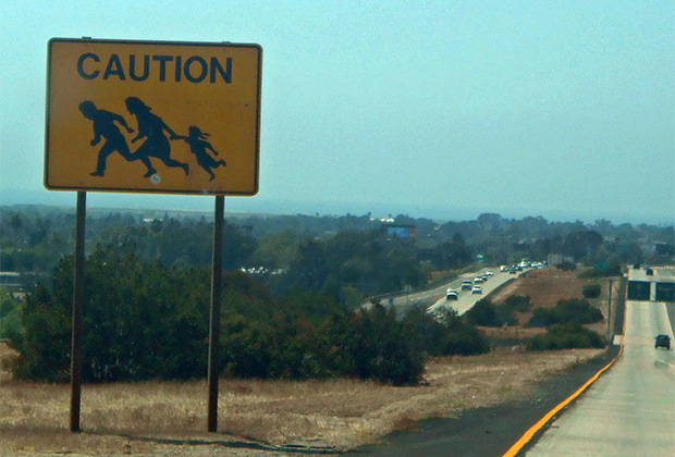 Знак-предупреждение о перебегающих дорогу нелегалах в Сан-Диего