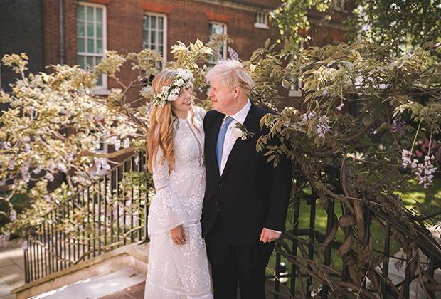 Борис и Кэрри Джонсоны после свадьбы в саду на Даунинг-стрит, 29 мая 2021 года