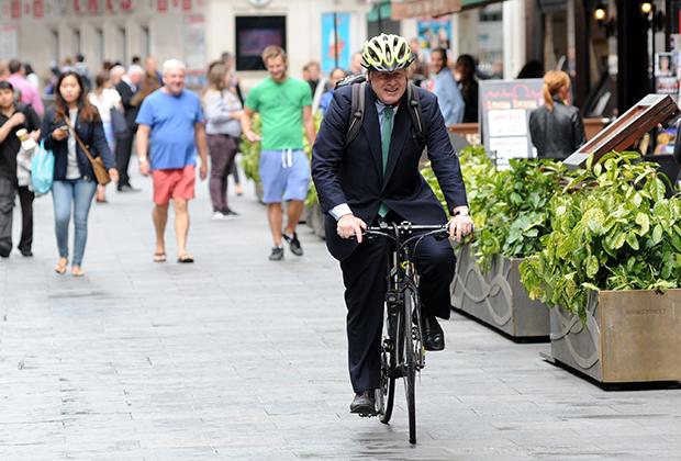 Борис Джонсон едет на работу на велосипеде, Лондон, 2015 год
