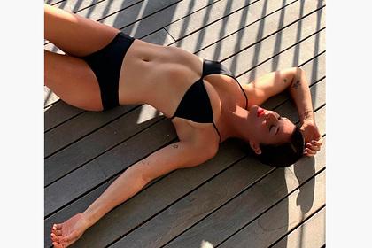 52-летняя модель показала фигуру в разных купальниках и взволновала фанатов