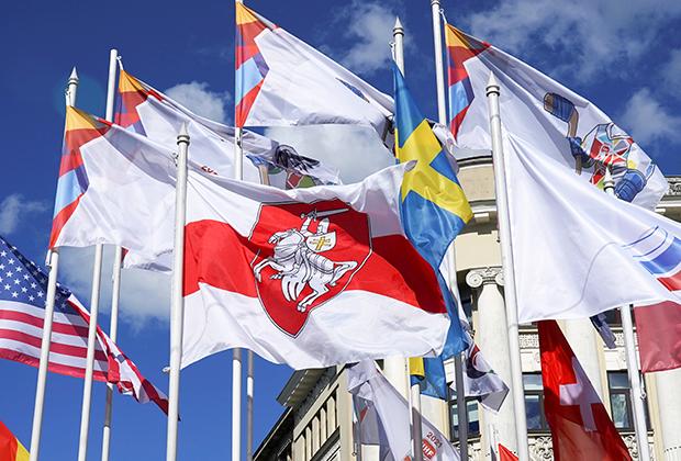 Флаг белорусской оппозиции на месте государственного флага Белоруссии