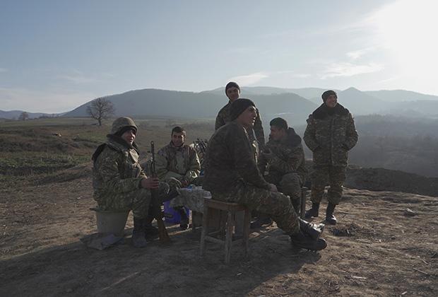 Армянские солдаты на позициях в районе разделенного села Тагавард в Нагорном Карабахе