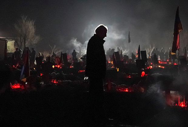 На военном кладбище в Ереване накануне общенационального траура