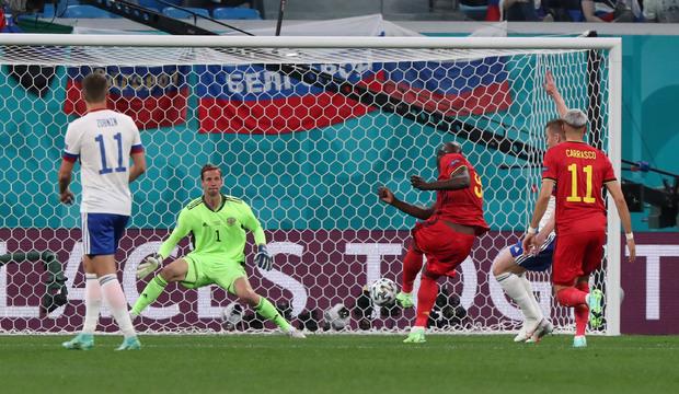 Ромелу Лукаку забивает мяч сборной России