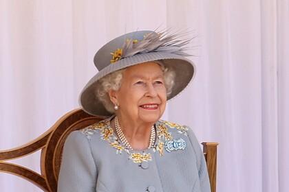 Королева Англии  отказалась резать торт ножом ивзяла саблю