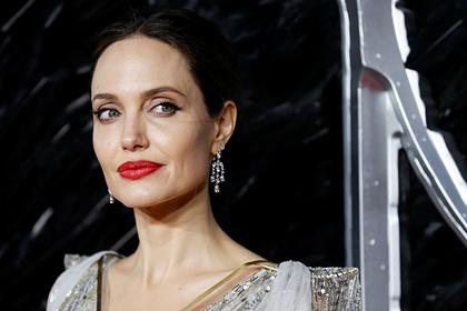 Анджелина Джоли приехала к бывшему мужу с бутылкой вина
