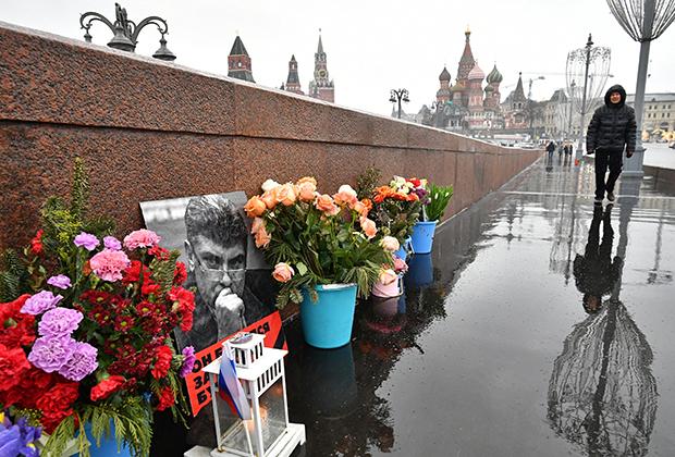 Цветы у портрета политика Бориса Немцова на месте его убийства на Большом Москворецком мосту в Москве