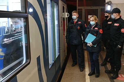 Девушка упала под поезд в московском метро и погибла