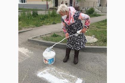 Российская пенсионерка самостоятельно нарисовала дорожную зебру