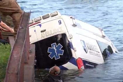 Женщина угнала машину скорой помощи и утопила ее