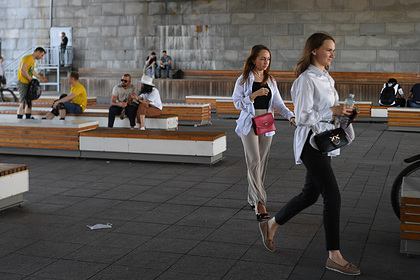 Москвичам снова разрешили сидеть на скамейках в парках