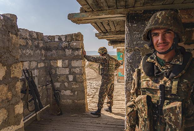 Солдаты НКР охраняют форпост от нападения со стороны Азербайджана неподалеку от Мардакерта
