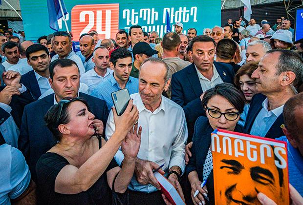 Роберт Кочарян (в центре), главный кандидат от блока «Армения» раздет автографы после митинга в Ереване во время предвыборной кампании