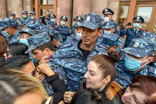 Полиция сдерживает противников Никола Пашиняна на митинге за его отставку