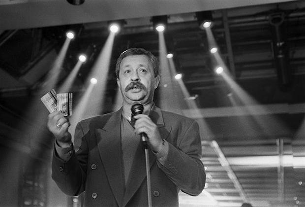 Телеведущий Леонид Якубович на презентации, 1994 год