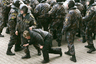 """В апреле 2005 года в Минске во время несанкционированной акции оппозиции «Чернобыльский шлях» были задержаны 26 человек, в том числе 14 россиян и пятеро украинцев. Все они попали под административный арест, часть задержанных объявила голодовку.  Российская и украинская пресса запестрила заголовками о жестком разгоне акции и арестах ее участников. На этом фоне посол России в Белоруссии Александр Блохин попросил смягчить наказание задержанным. Спустя четыре дня всех россиян <a href=""""https://lenta.ru/news/2005/04/30/free/"""" target=""""_blank"""">освободили</a> из спецприемника: Минский городской суд учел, что задержанные россияне впервые привлекались к ответственности на территории страны.  Министерство иностранных дел (МИД) Белоруссии <a href=""""https://lenta.ru/news/2005/04/29/nopolitic/"""" target=""""_blank"""">назвал</a> недопустимой попытку использовать ситуацию в политических целях. В ведомстве подчеркнули, что «прикрытие """"журналистским иммунитетом"""" без соответствующей аккредитации в стране пребывания, а тем более необоснованное и документально не подтвержденное обвинение белорусских правоохранительных органов в противоправных действиях в отношении этих граждан, не могут быть приняты в качестве весомых аргументов»."""
